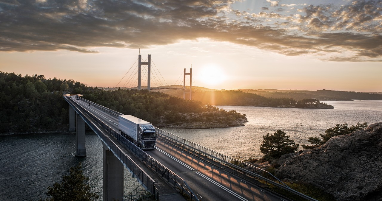 Ein Volvo Truck überquert eine Brücke bei Sonnenuntergang